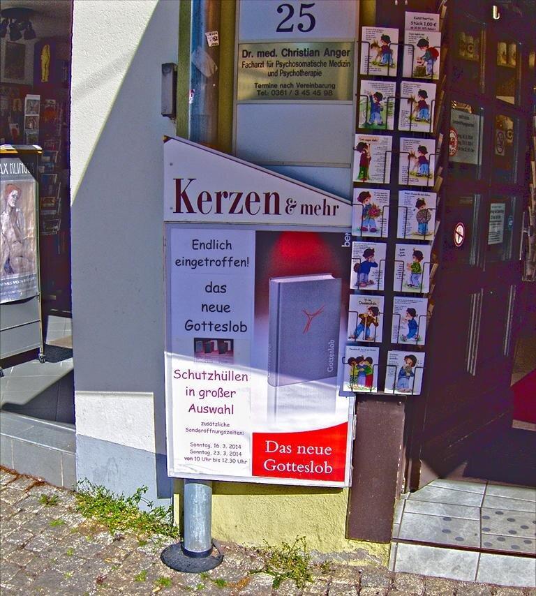 Kirchenladen am Erfurter Domplatz kurz vor der Einführung: Run auf die Hüllen (eigenes Bild)