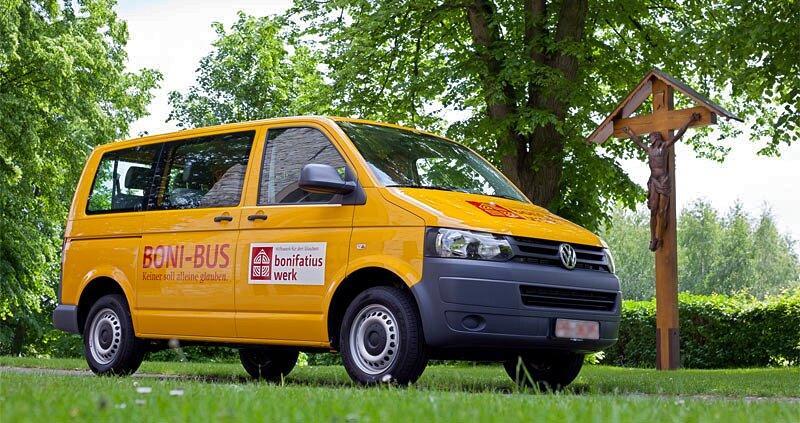 "Ein ""BONI-Bus"" des Bonifatiuswerkes (Foto: Klaus-Peter Semler)"