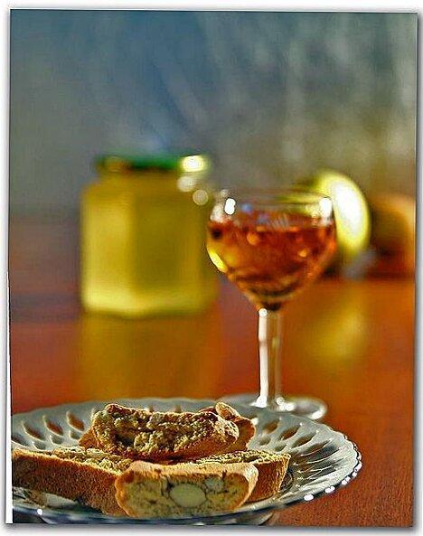 Cantuccini zu Vin Santo (Bild: Wikimedia Commons, Paolo Piscolla)