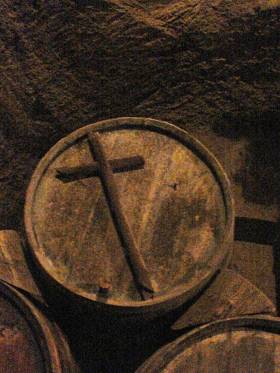 Vin Santo Faß mit Kreuz-Griff (Bild: Wikimedia Commons)