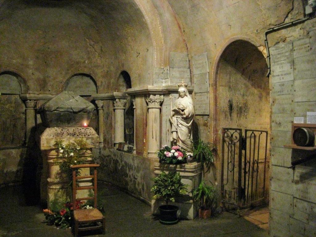 Sainte Radegonde, Poitiers, Krypta mit Grab der Hl. Radegunde (Bild: Wikimedia Commons, Iijjccoo)