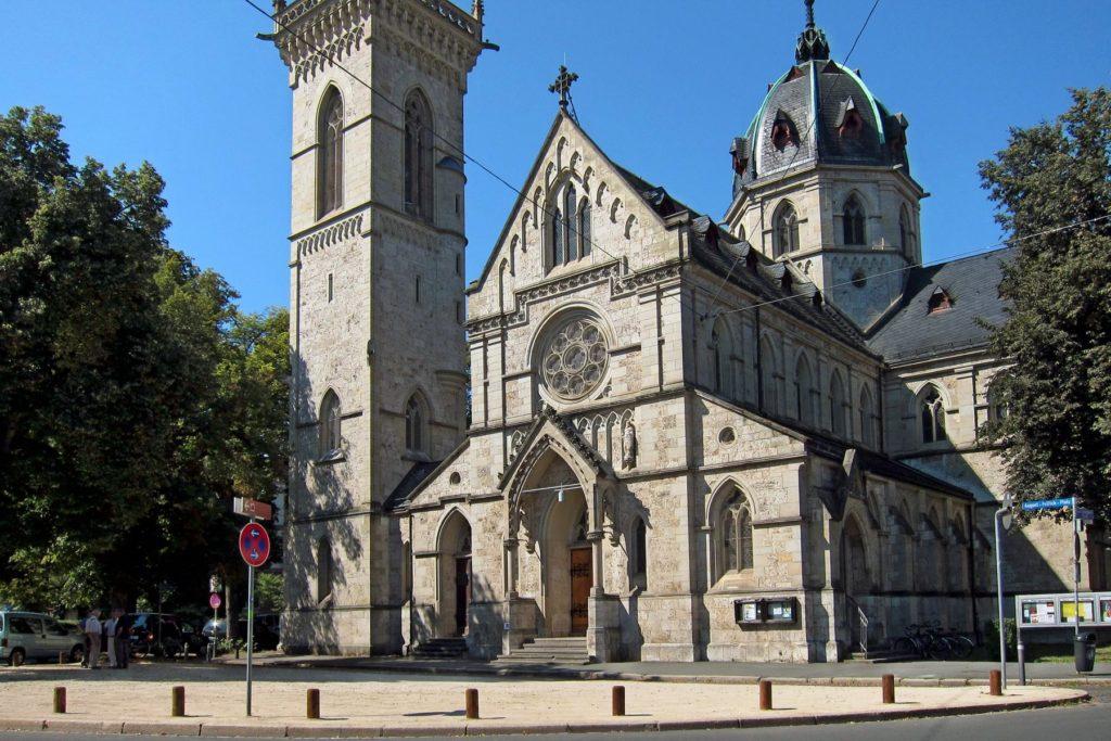 Der Kirchvorplatz aktuell (eigenes Bild)