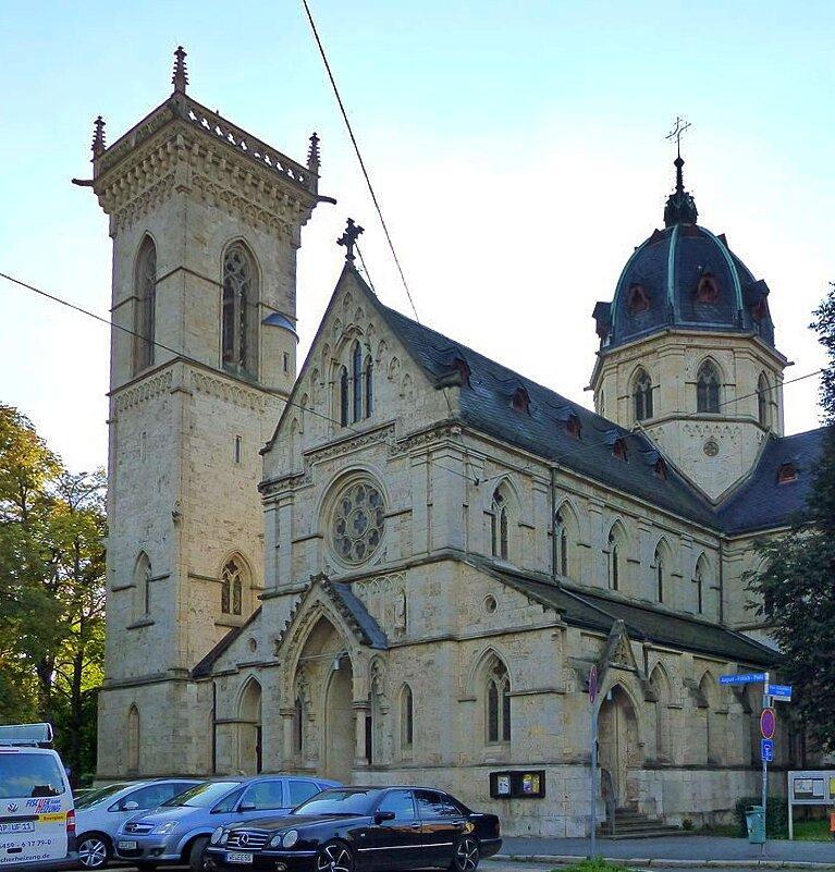August-Frölich-Platz mit Herz-Jesu-Kirche (Bild: Wikimedia Commons, Dr. Bernd Gross)